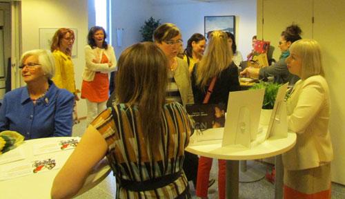 Juhlan aluksi Kultainen Oras -palkintoa tavoitelleet nuoret yrittäjänaiset esittelivät yrityksiään ja tuotteitaan